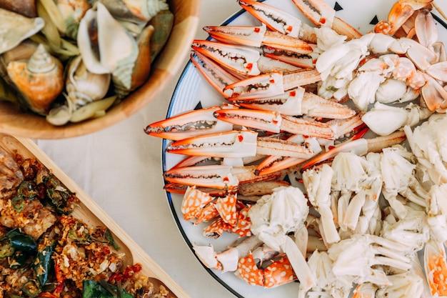 Vue de dessus de crabes à la vapeur de fleurs et de crabes géants de boue avec des parties séparées de crabe à la vapeur.