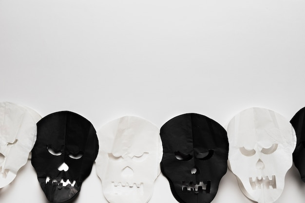 Vue de dessus avec des crânes sur fond blanc