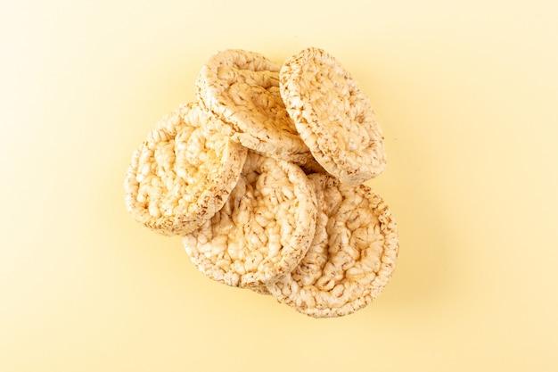 Une vue de dessus craquelins secs salés craquelures rondes isolées sur la crème