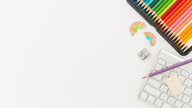 Vue de dessus crayons colorés avec espace copie