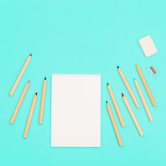 Vue de dessus des crayons de couleur et bloc-croquis pour la créativité ensemble de crayons multicolores en bois, taille-crayons, gomme. concevoir les médias sociaux de fond.