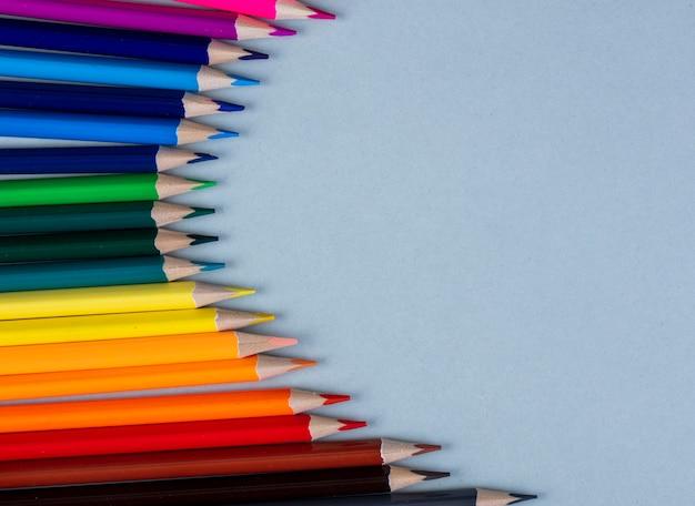 Vue de dessus des crayons de couleur disposés sur blanc avec copie espace