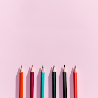 Vue de dessus des crayons avec fond
