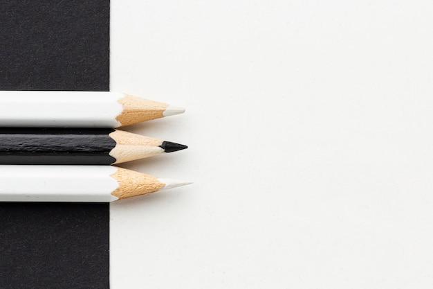 Vue de dessus des crayons noir et blanc avec espace copie