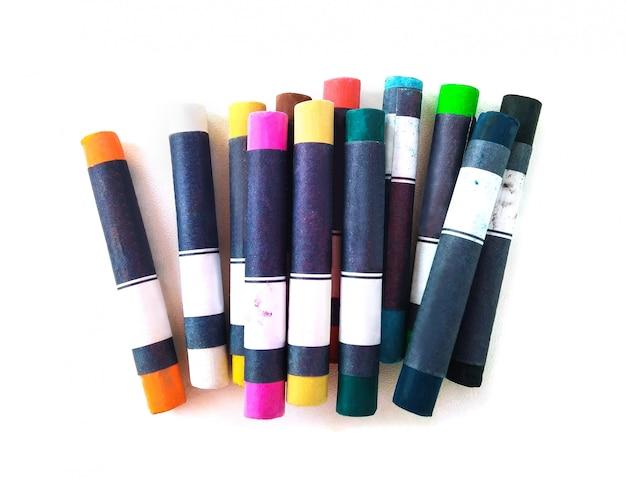 Vue de dessus des crayons pastel ou des craies isolés sur fond blanc