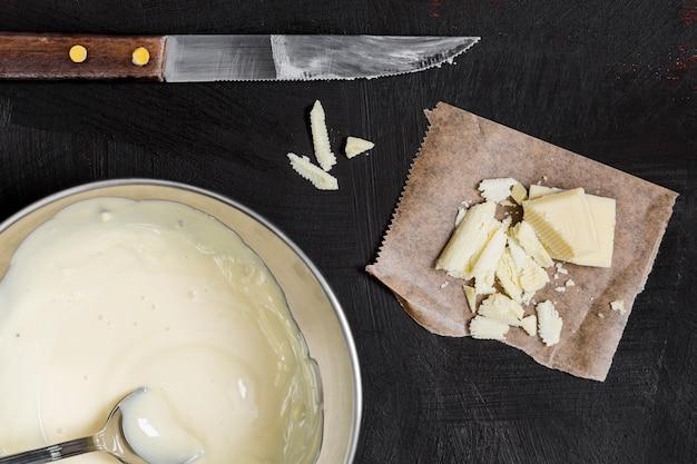 Vue de dessus de la crème au chocolat blanc
