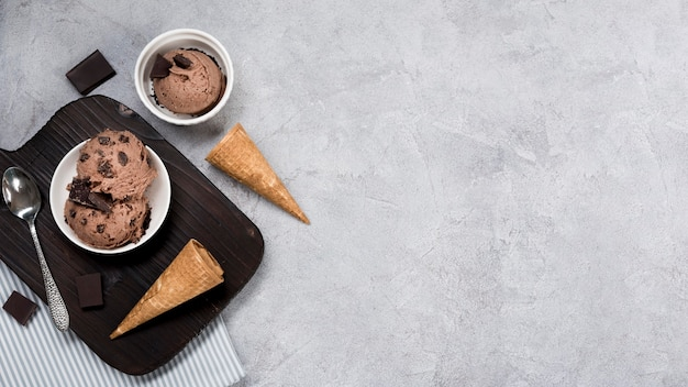 Vue de dessus de la crème glacée au chocolat sur la table