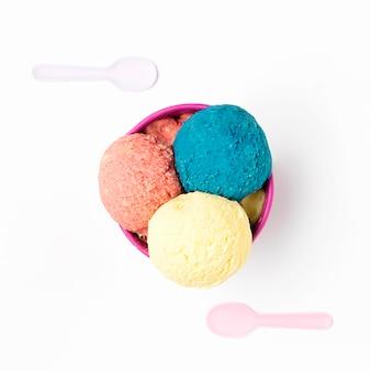 Vue de dessus de la crème glacée dans un bol
