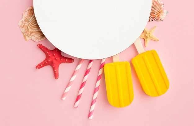 Vue de dessus de la crème glacée avec des pailles et des étoiles de mer