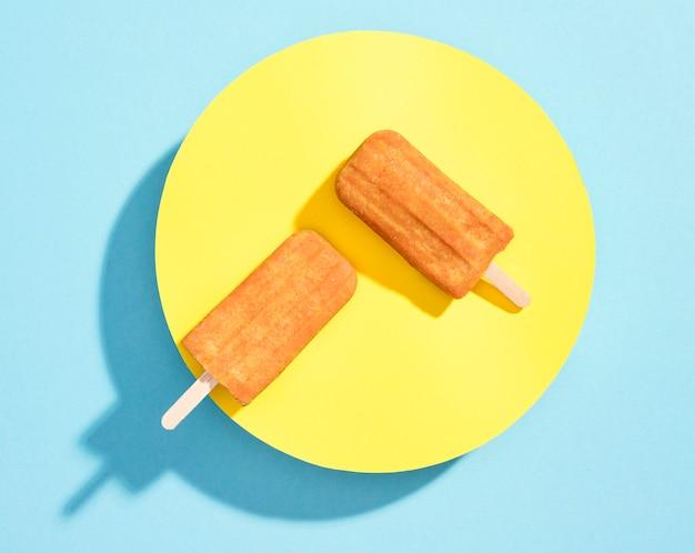 Vue de dessus de la crème glacée sur une plaque