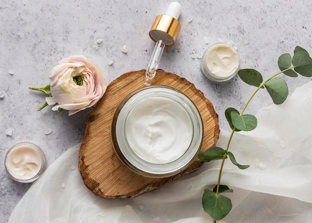 Vue de dessus de crème et de plante naturelle