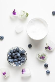 Vue de dessus de la crème pour le corps et du savon naturel