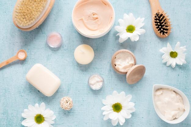 Vue de dessus des crèmes naturelles et du savon