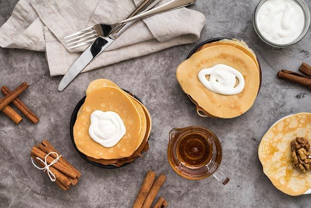 Vue de dessus des crêpes au sirop d'érable sur la table