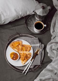Vue de dessus des crêpes de petit déjeuner avec café et confiture