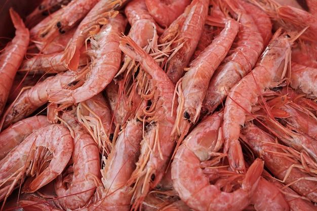 Vue de dessus des crevettes crues sur le marché