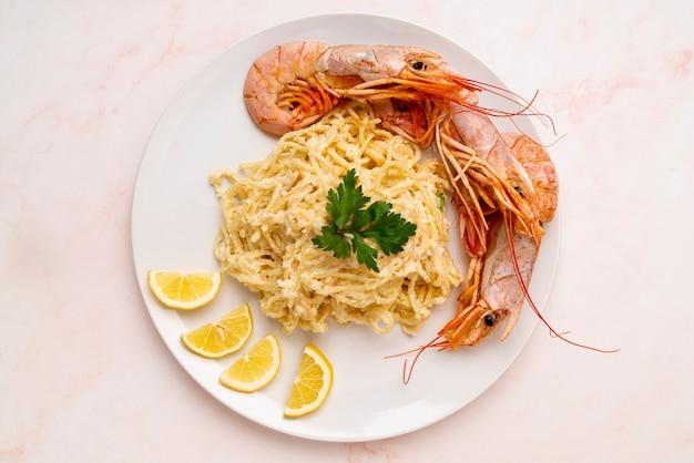 Vue de dessus des crevettes et des spaghettis
