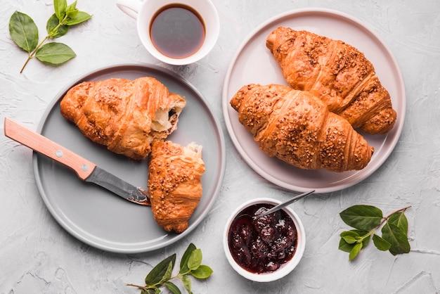 Vue de dessus des croissants frais sur la table avec de la confiture