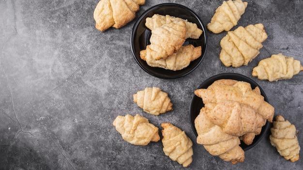 Vue de dessus des croissants frais sur la table