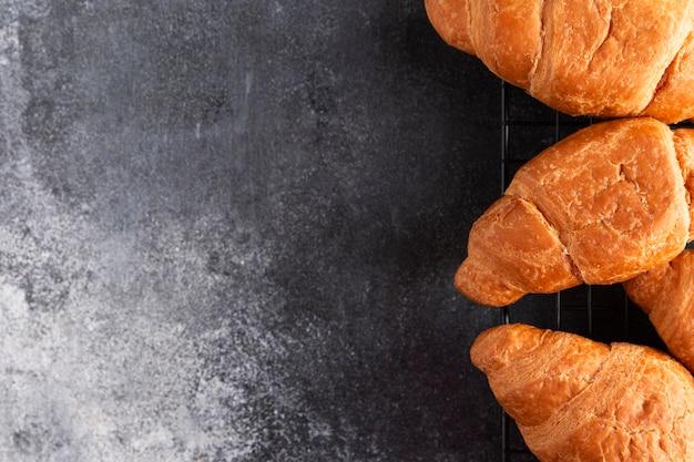 Vue de dessus croissants frais
