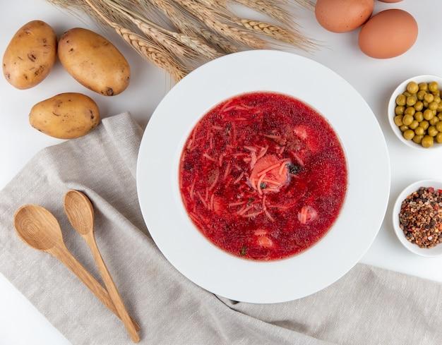Vue de dessus de la cuillère d'oeufs de soupe de betterave et pommes de terre