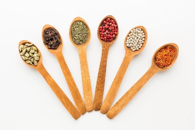 Vue de dessus des cuillères en bois avec une variété d'épices