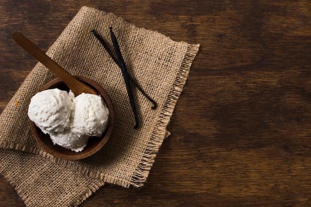 Vue de dessus des cuillères à crème glacée maison