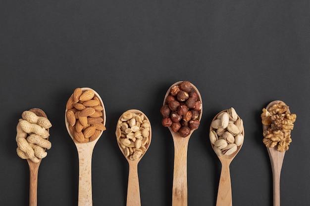 Vue de dessus des cuillères avec une variété de noix