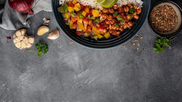 Vue de dessus de la cuisine brésilienne avec espace copie