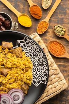 Vue de dessus de la cuisine indienne et des épices