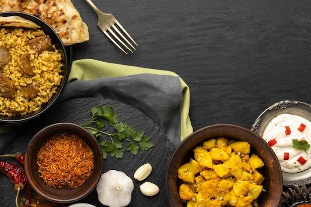 Vue de dessus de la cuisine indienne avec espace copie