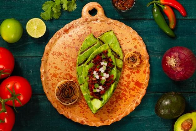 Vue de dessus de la cuisine mexicaine avec des ingrédients en plus
