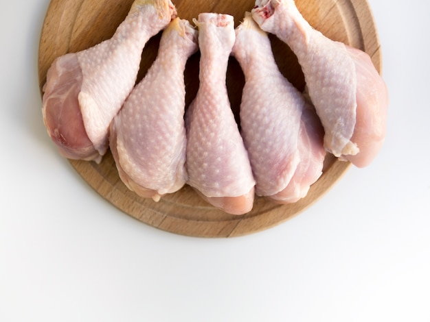 Vue de dessus des cuisses de poulet crues