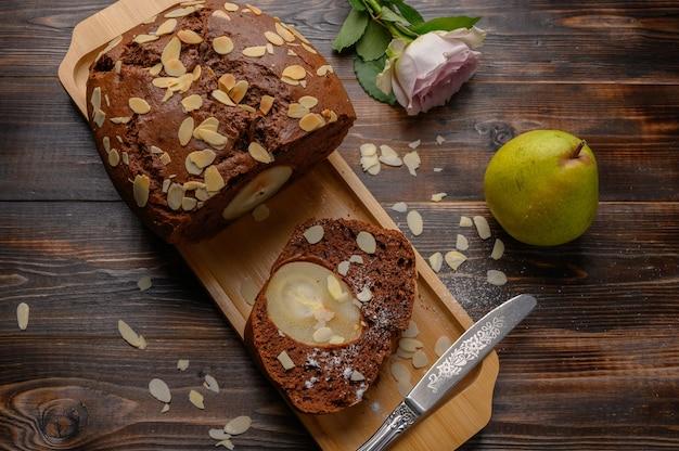 Vue de dessus cupcake poire au chocolat maison en tranches avec gingembre et cardamome sur un plateau en bois