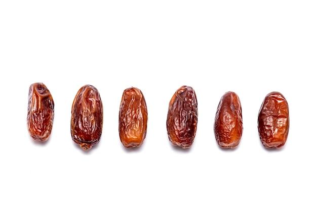 Vue de dessus des dates douces naturelles isolées sur blanc