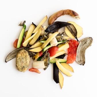 Vue de dessus des déchets avec des légumes biologiques