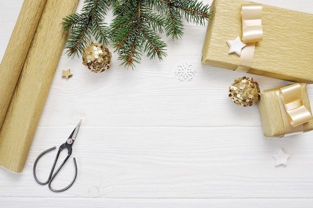 Vue de dessus de décor d'arbre de noël papier d'emballage et ruban cadeau or