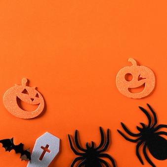 Vue de dessus de la décoration conceptuelle halloween créative sur fond de table en papier orange.
