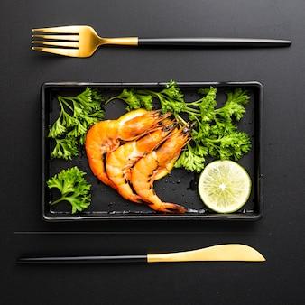 Vue de dessus, décoration avec crevettes dans un plateau