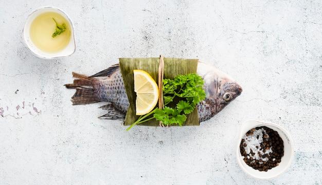 Vue de dessus décoration avec délicieux poisson et sauce