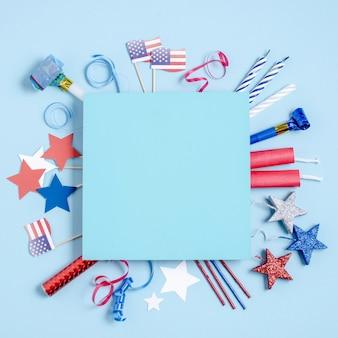 Vue de dessus décoration de la fête de l'indépendance autour du carré bleu