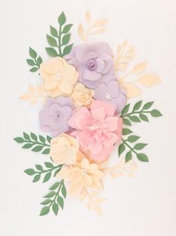 Vue de dessus décoration florale avec fond blanc