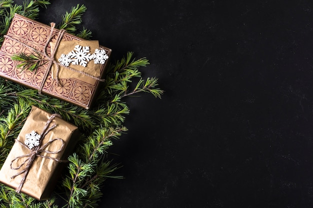 Vue de dessus décoration de noël avec des cadeaux emballés et espace de copie