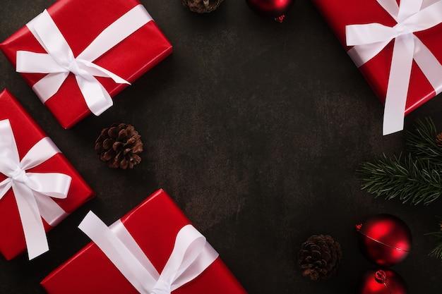 Vue de dessus de la décoration de noël avec des coffrets cadeaux sur la conception de frontière de table grunge, fond de noël avec espace de copie.