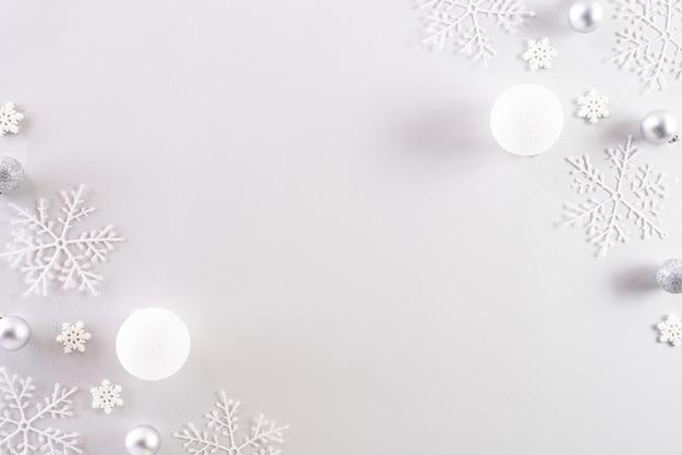 Vue de dessus de la décoration de noël sur fond blanc.