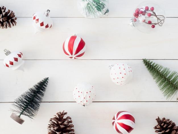 Vue de dessus de la décoration de noël avec des pommes de pin, des jouets d'arbre et des boules