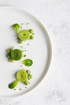 Vue de dessus décoration de placage de nourriture verte