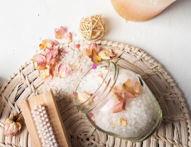 Vue de dessus décoration avec des sels dans un bol