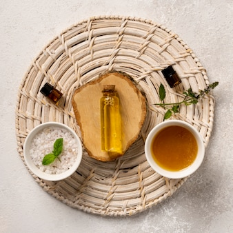 Vue de dessus décoration avec des sels et de l'huile