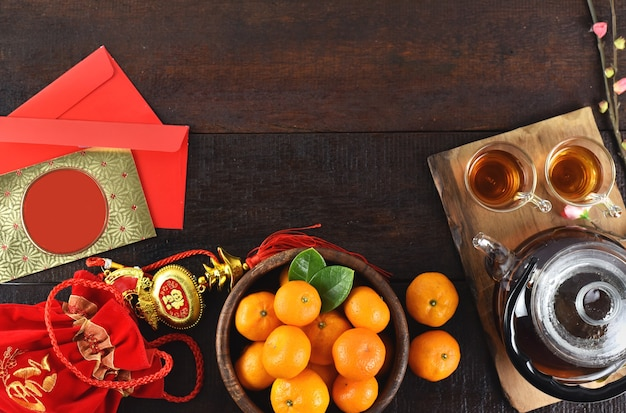 Vue de dessus des décorations d'accessoires et de la nourriture pour le festival du nouvel an lunaire